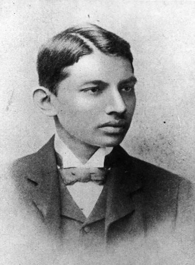 Махатма Ганди - студент юридического факультета в 1887 году.