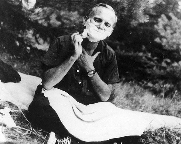 Папа Римский Иоанн Павел II во время бритья.
