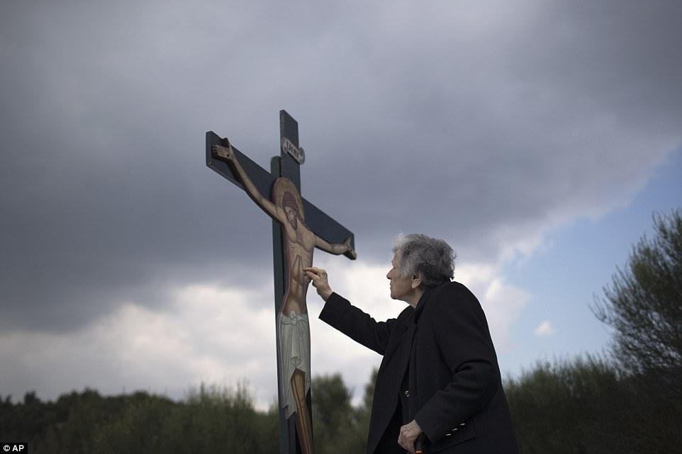 если на фото человека нарисовать крест что думает