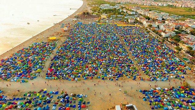 9. Deniz, kum, güneş ve müziğin kampla birleştiren festival: Zeytinli Rock Festivali / Türkiye