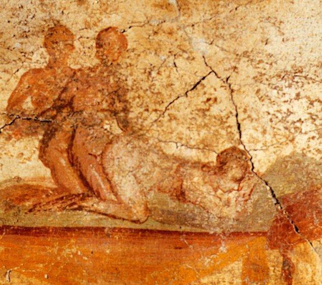 """Bilim insanları ve tarihçilere göre, her ne kadar bu ilişkilerde daha çok """"aktif"""" role ve bunun daha çok ergenlik yıllarında olmasına hoş bakılsa da Romalı erkekler toplumsal statülerinde herhangi bir değişiklik veya değer kaybı yaşamadan ayrıca """"eşcinsel"""" gibi bir kalıba girmeden diğer erkeklerle seks yapıyorlardı."""