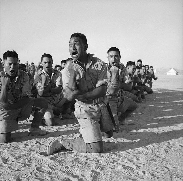 10. Yeni Zelanda'nın Māori askerleri geleneksel haka dansını yaptıkları sırada bağırırken, Mısır, 1941.
