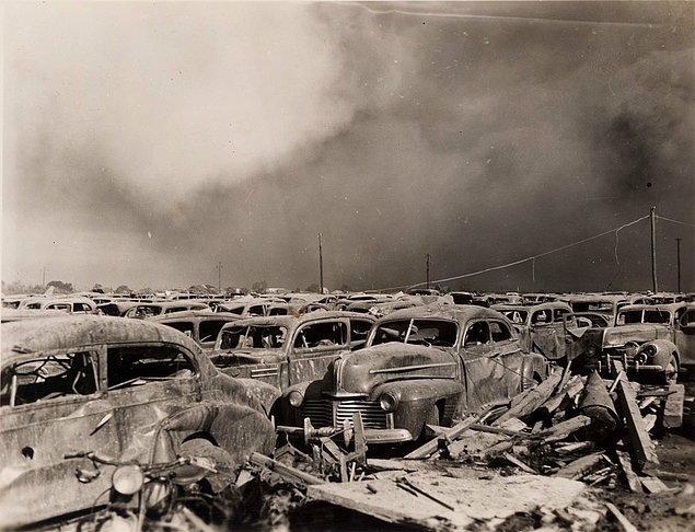 7. Teksas Felaketi olarak bilinen, 581 kişi yaşamını yitirip 8.000'e yakın kişinin yaralanmasına yol açan patlamanın yaşandığı limana 400m uzaklıktaki park alanı, 1947.