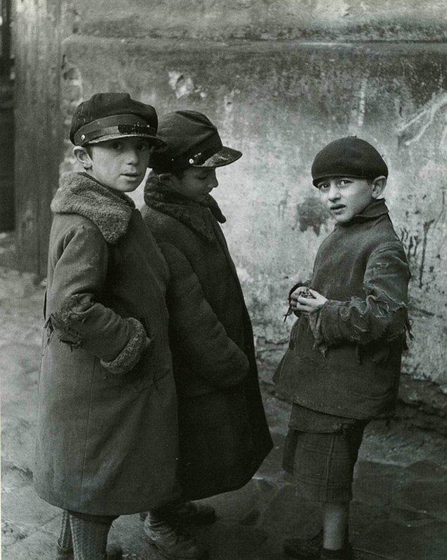 15. Fotoğrafı çeken yabancıya kuşkuyla bakan Yahudi çocuklar, Ukrayna, 1937.