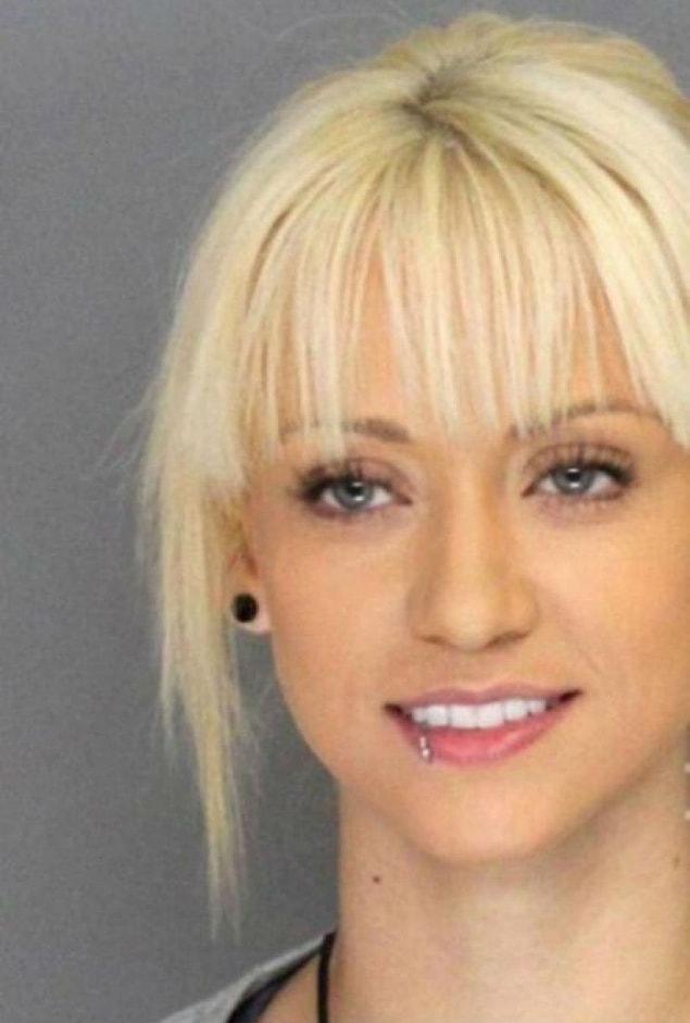 Она никак не тянет на преступницу. Ее невинная улыбка и чистые глаза говорят о том, что все это большая ошибка