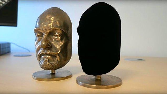 Gezegendeki en siyah madde olarak lanse edilen Vantablack'in tüm kullanım haklarını İngiliz sanatçı Anish Kapoor satın alınca sanat dünyasının hevesi kursağında kalmıştı.