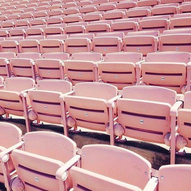 21. Pembe stadyum sandalyeleriiii!