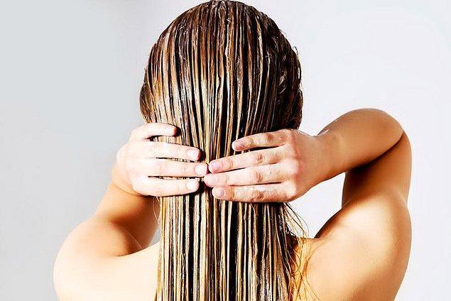 11. Limon suyu ile kepek sorununu saçlarınızdan söküp atın.