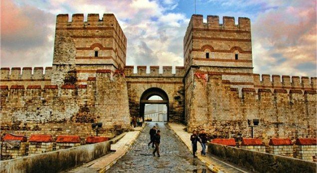 1. Hemen başlayalım! İstanbul'un kapıları, semtlerinde yaşar. Aşağıdakilerden hangisi İstanbul'da değil?
