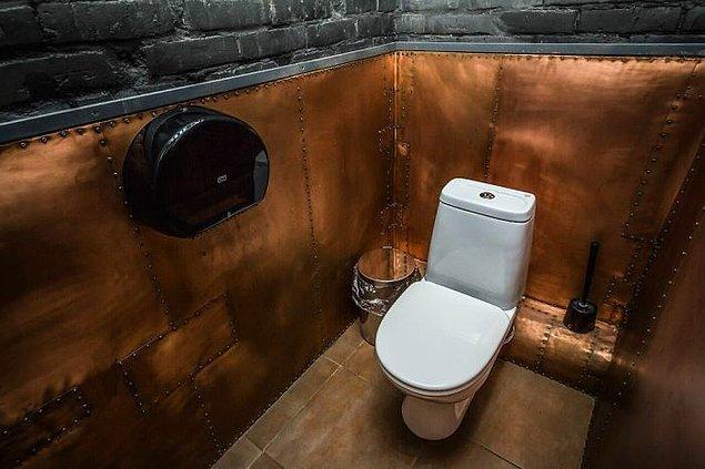 Atölyede kullanılan kimyasal maddelerin bulunduğu depo ise küçük bir erkekler tuvaletine dönüştürüldü.