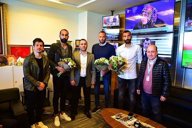 Sonra da Başakşehirli futbolcular, kanala giderek muhabirden özür diledi.