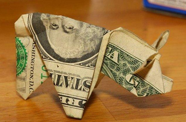 11. Adamın biri 137 dolarlık trafik cezasını 137 adet 1 dolarlık banknotu domuz şeklinde katlayarak, iki donut kutusu içinde ödemiş.