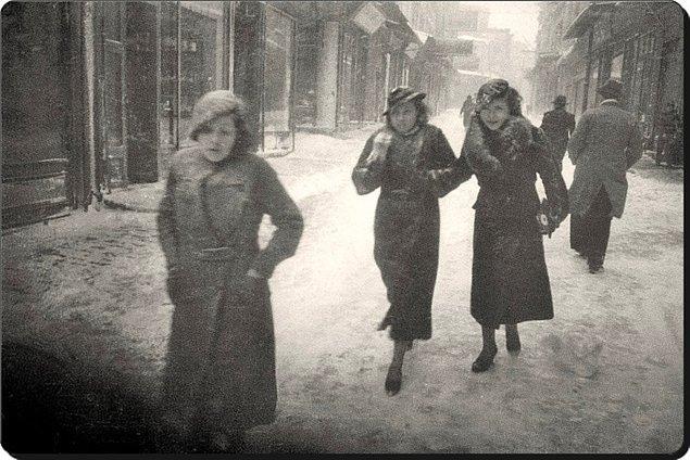 Bir zamanlar zarif hanımefendi ve beyefendilerin iki dirhem bir çekirdek çıktıkları İstiklal Caddesi artık sadece fotoğraflarda.