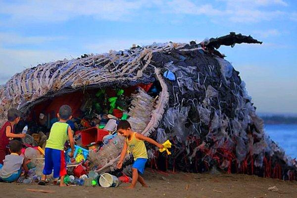 Эта невероятная инсталляция призвана обратить внимание на гибель мирового океана от отходов