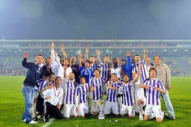 Ama genç futbolcunun Süper Lig macerası uzun sürmedi. Göklerden gelen bir karar vardır. Onun adı 1. Lig'de efsane olacaktı.