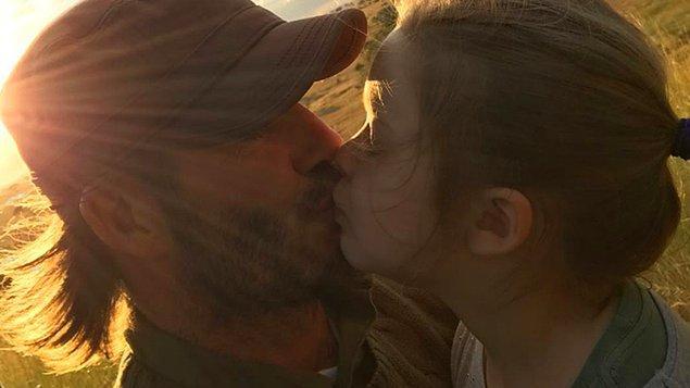 Fotoğraf sosyal medya platformu üzerinde 2 milyon beğeni aldı ama aynı zamanda ebeveynlerin çocuklarını dudaklarından öpmesi konusunda bir tartışma çıkarttı.