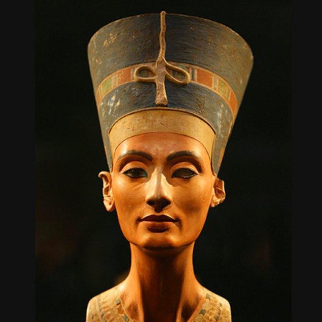 5. Antik Mısır'ın en ünlü kadınlarından biri olan Kraliçe Nefertiti ile evliydi. Dini törenlerde Akhenaton ile eşit resmedilen Nefertiti, Mısır tarihinin en etkileyici kraliçelerindendi.