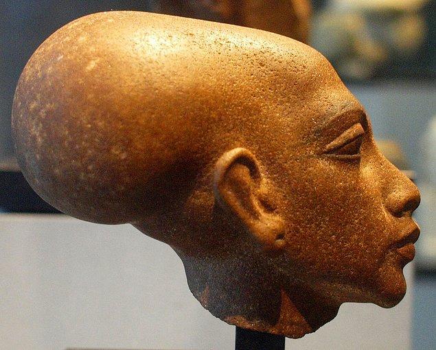 8. Bazı arkeologların ve tarihçilerin araştırmalarına göre, Akhenaton kızlarının bir kısmını eş olarak kabul edip bir erkek mirasçıya sahip olmaya çalıştı.
