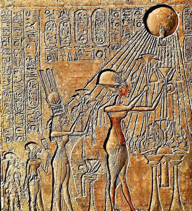 9. Akhenaton, firavun olduktan sonra tek tanrı inancına halkını alıştırmaya çalıştı ve bazı rahiplerle bu konuda ters düştü.