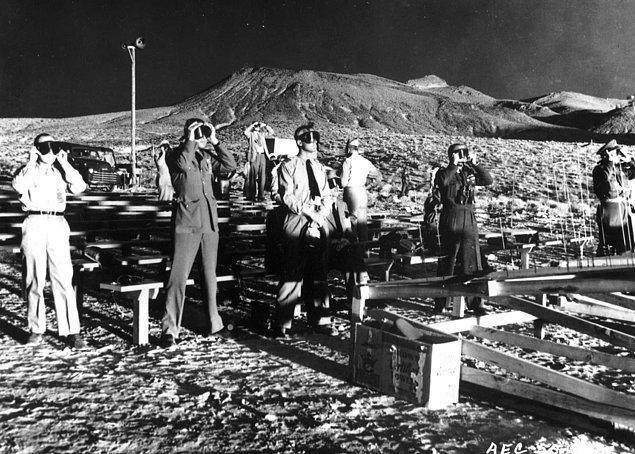 """3. Koruyucu gözlük takan gözlemciler, 25 Mayıs 1953'te """"Grable"""" kod adlı nükleer topçu mermisinin patlamasını izliyor."""