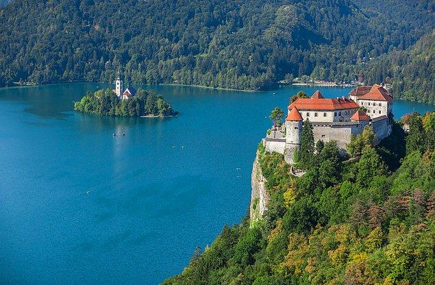 Bled'in verimli toprakları, adanın sığınak niteliğindeki koruyucu özelliği ve tepeler ve buraya inşa edilen kale Bled'i tarihsel olarak cazip kılan özellikler olmuştur.