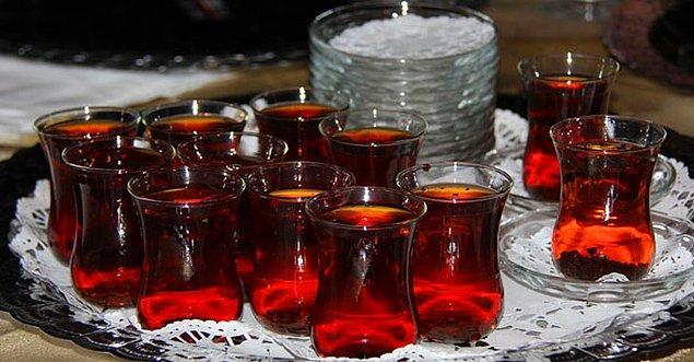"""9. Ev sahibinin """"Ölümü öp"""" ısrarı sonucu sayılamayacak kadar çay tüketmek"""