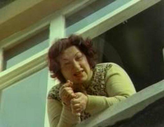 13. Giden misafire bir de pencereden el sallayıp muhabbeti anlamsız şekilde devam ettirmek