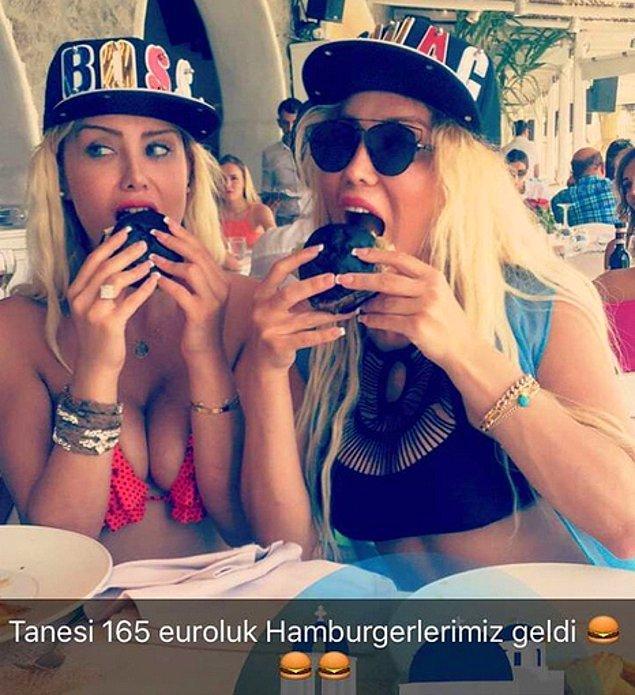 Daha sonra Mikonos'ta tanesi 165 Euro olan siyah hamburgerlerini yerlerken Snap attılar; epey bi bu konu konuşuldu.