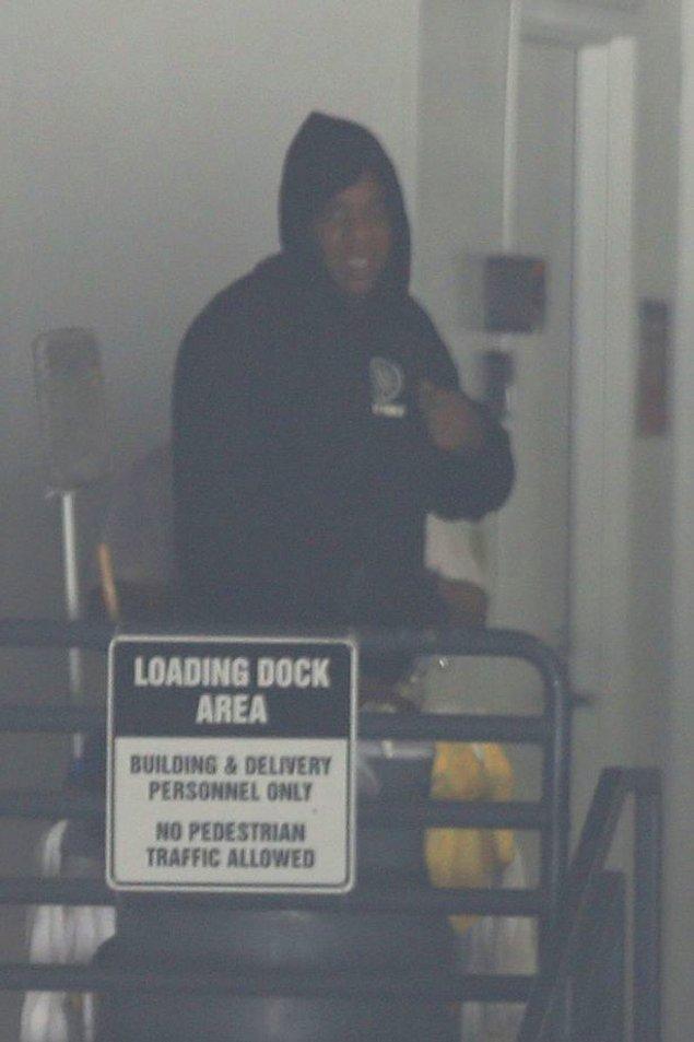 11. Bunca söylenti arasında henüz kimseden resmi bir açıklama gelmedi; fakat Jay-Z'nin hastane kapısı önünde gayet mutlu mesut gülümseyen hali durumun iyi olduğunu gösteriyordu.