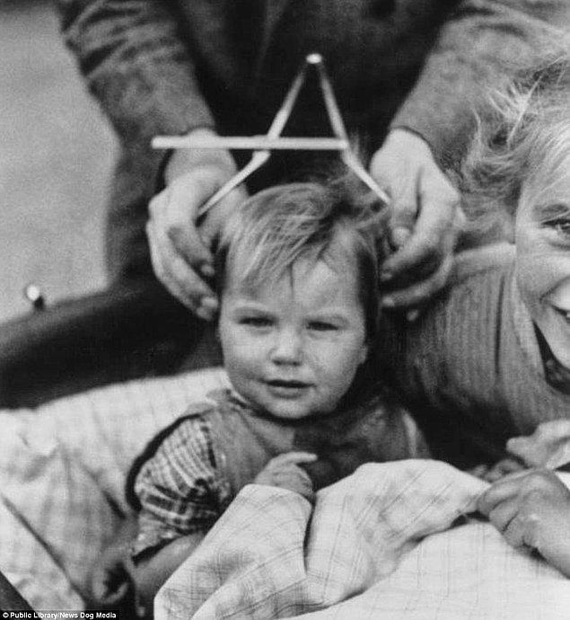 7. Schleswig-Holstein'de 1932 yılında bir çocuğun kafatası ölçülüyor.