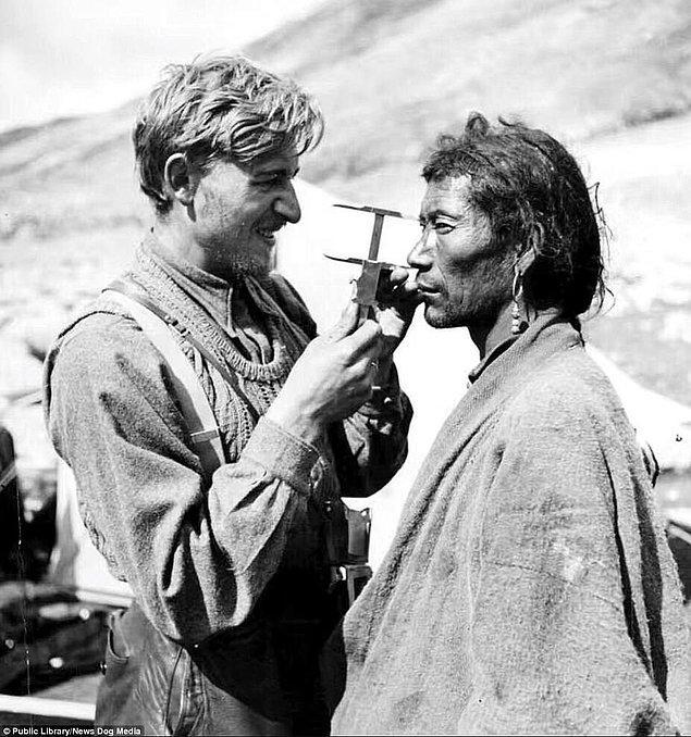 11. Alman gizli servisi için çalışan zoolog Ernst Schäfer tarafından başlatılan proje kapsamında Dr. Bruno Berger Tibetli bir adamın yüzünü ölçüyor, 1938.