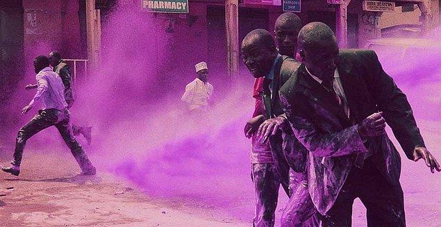 1. Anti-Apartheid Hareketi'ne katılan protestocuları ayırt etmek ve tutuklamak amacıyla panzerlerin suyuna karıştırılan mor boyanın oluşturduğu görüntü, Güney Afrika, 1989