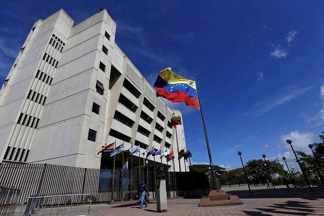 Venezuela'nın başkenti Caracas'ta, Yüksek Mahkeme binasına bir helikopterden el bombaları atıldı.