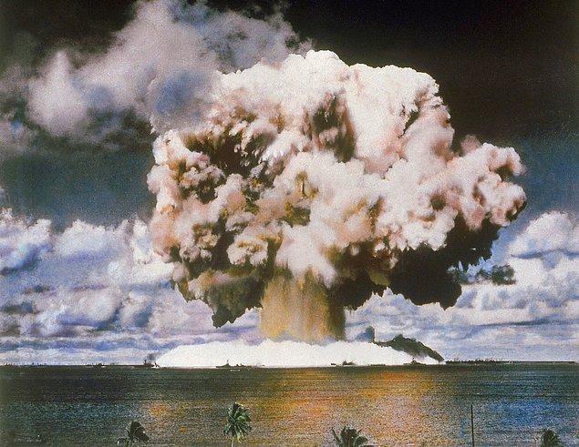 19. ABD, Marshall Adaları'nda bulunan Bikini Atoll'da atom bombası testi yaparken.