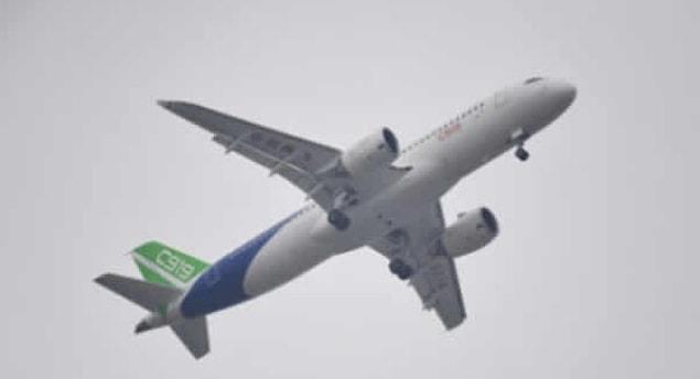 Издание People's Daily China пишет, что 80-летняя женщина попросила у сотрудников авиакомпании China Southern Airlines инвалидную коляску, после чего направилась к трапу в сопровождении родственников