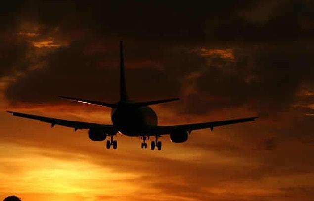 К счастью, сотрудники аэропорта успели заметить, что старушка начала бросать монеты в двигатель самолета и молиться