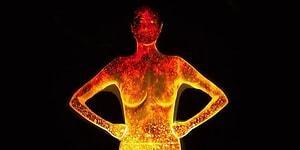 Потрясающее световое шоу на теле девушки при помощи проекции