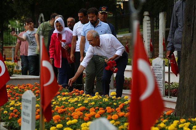 CHP Genel Başkanı Kılıçdaroğlu, yürüyüşe başlamadan önce İzmit Namazgah Şehitliği'nde Türkiye'nin ilk kadın belediye başkanı Leyla Atakan'ın mezarını ziyaret etti.