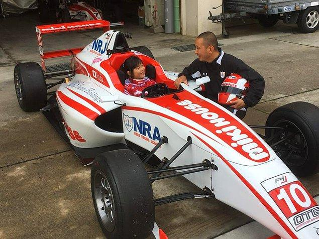 Eski bir Formula 1 yarışçısı olan babası Hideki Noda'nın ve çocuk kıyafetleri üreten Japon sponsor MikiHouse adlı firmanın destekleri ile Juju bu isteklerini gerçekleştirebilir.