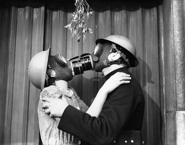7. Nazi hava saldırısı tehdidine aldırmadan öpüşen gaz maskeli çift: