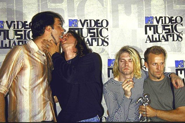 8. Nirvana bateristi David Grohl ve basçı Krist Novoselic 1993 MTV Video Müzik Ödülleri'nde öpüşürken: