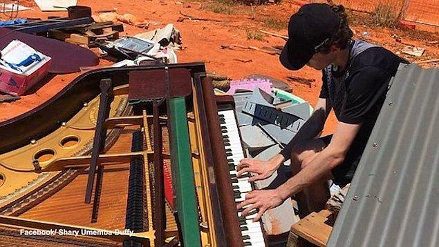 Avustralya'da bir çöp toplama alanında bulunan ve kendisine nadir rastlanan Steinway çocuk piyanosu