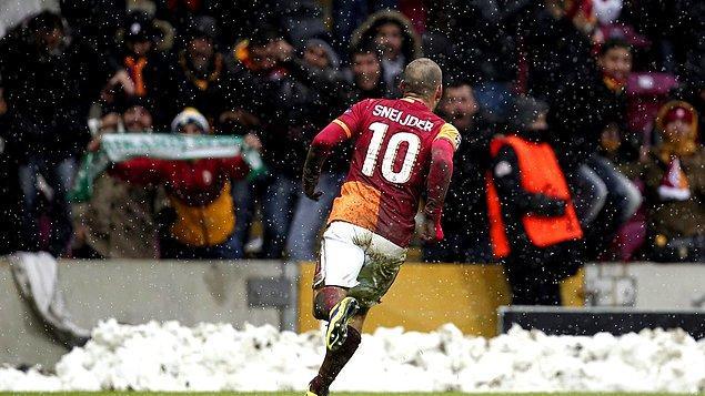 O dondurucu havada taraftarının da desteğini arkasına alan Galatasaray rakibi karşısında etkili bir oyun oynadı ve 85. dakikada Sneijder'in attığı golle Şampiyonlar Ligi'nde tur atladı.