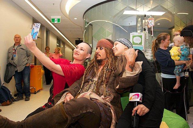 #23 Jack Sparrow kostümünü giyip kanser tedavisi görenler için hastaneye sürpriz bir ziyarette bulunan Johnny Depp.