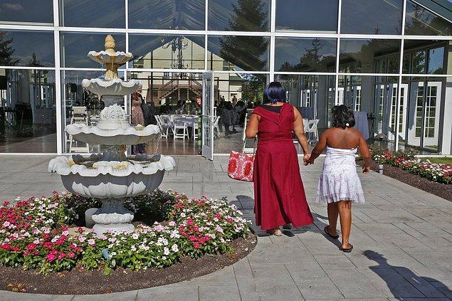Yerel işletmeler de misafirlerin giyim sponsoru oldu ve tüm davetlilere şık kıyafetler hediye edildi.