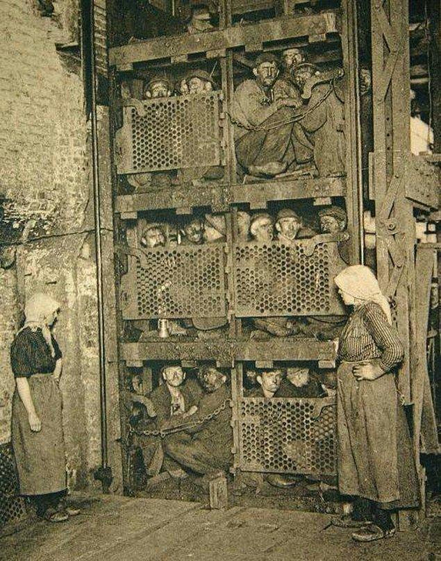 1. Mesai bitimi sonrası kömür madeninin asansörüne sıkış tepiş binmiş Belçikalı madenciler, 1900'ler.