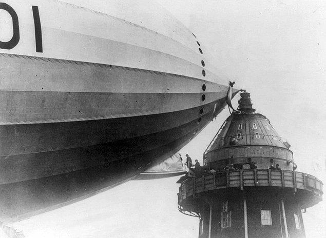 3. Bir bağlama kulesine demir atarak yolcu alımı yapan bir zeplin, 1930'ların başları.