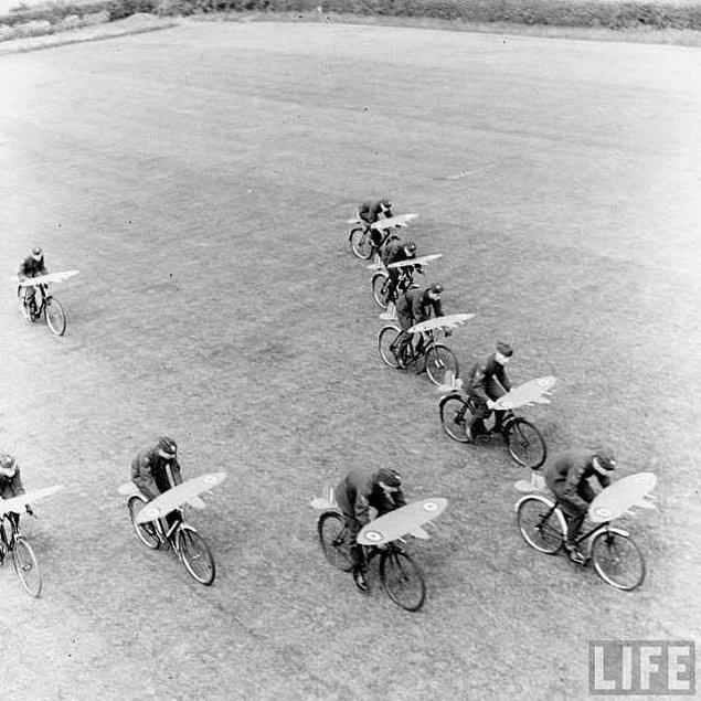 13. II. Dünya Savaşı sırasında bisiklet ile uçuş düzeni eğitimi alan Kraliyet Hava Kuvvetleri (RAF) pilotları.