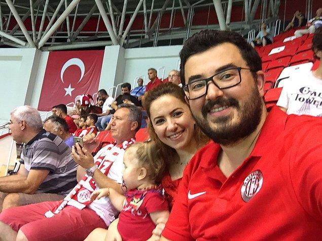 Yaşananlardan sonra Antalyaspor taraftarı bir aile stada giriş sırasında enteresan bir muameleye maruz kaldı. Biberon ve bez çantası 'tehlikeli' bulunarak içeri alınmadı.