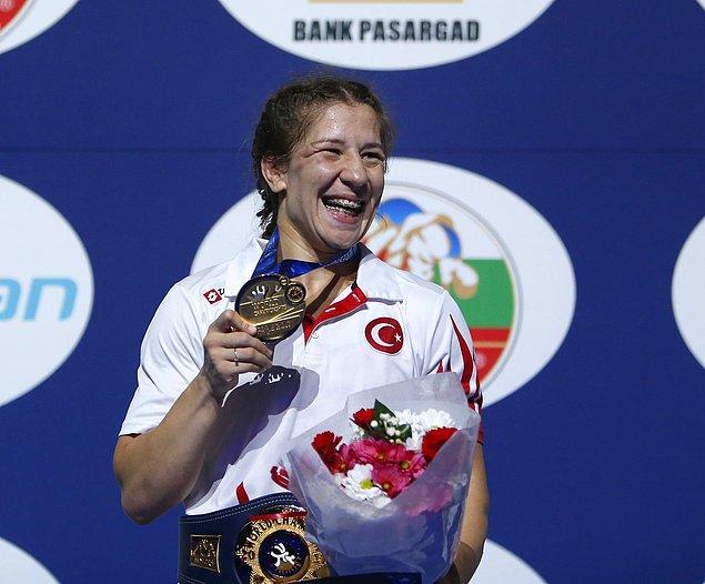 Ve Türkiye'nin kadınlarda dünya şampiyonluğu sevinci yaşayan ilk güreşçisi oldu 🏅🏅🏅